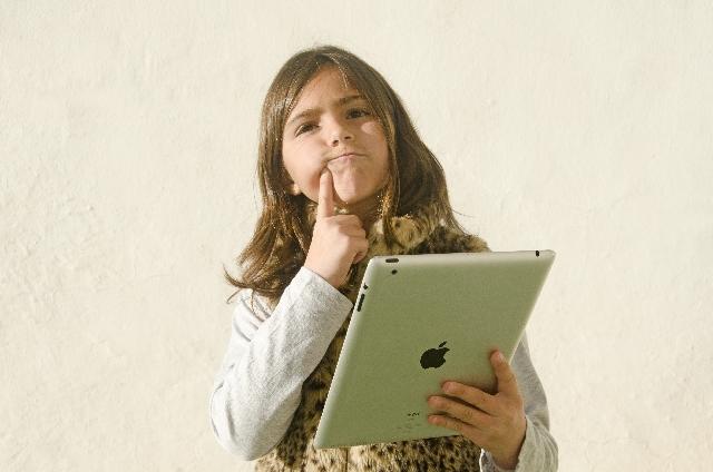 iPadを持つ女の子